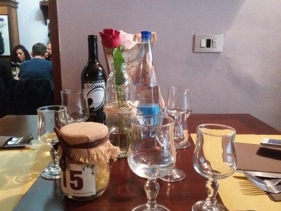 Ospedaletto d'Alpinolo, Italy: La tavola apparecchiata: vino aglianico con etichetta del locale ed pane nel sacchetto di carta