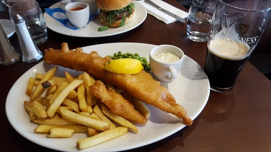 Forres, UK: Beer battered Haddock and chips