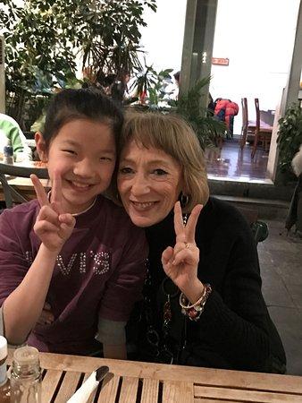 Vineyard Cafe: Conoscenza fatta con mia moglie di una giovanissima cinesina curiosa di noi occidentali