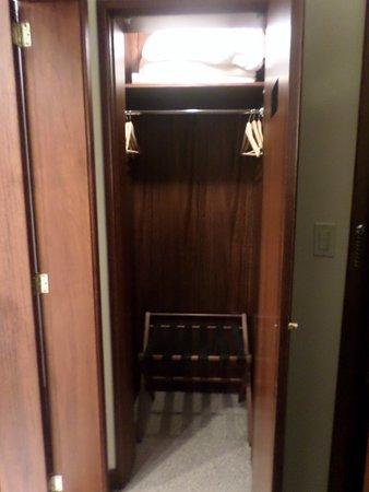 Hotel Quito : Closet in room 133
