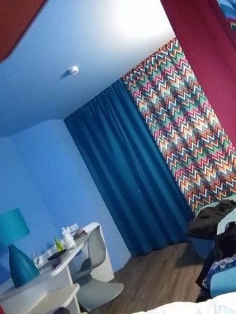Betten Und Duschbereich Mit Toilette Vorhang Auf Oder Zu Bild