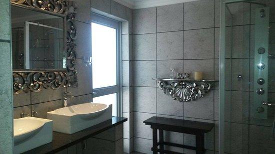 Spa Bathroom Room 7, Mantovani 1 ,Spa Bath and doule jet shower ...