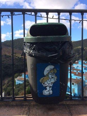Juzcar, Spain: Perfino i bidoni dell'immondizia sono dedicati ai Puffi