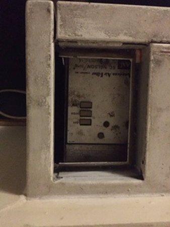 Budget Inn Horseheads: Ground-in dirt around heater