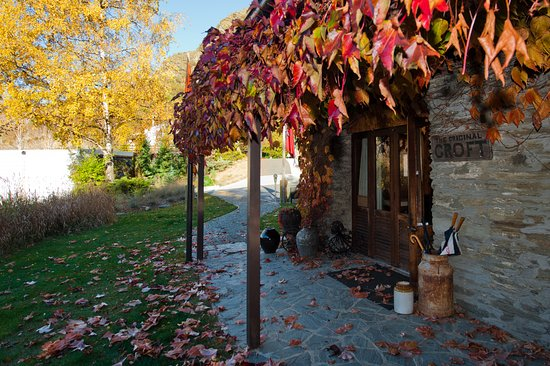 The Arrow Private Hotel: Reception and meeting place - autumn colours at the old stone cottage