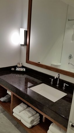 Qualicum Beach Inn: Lovely clean bathroom