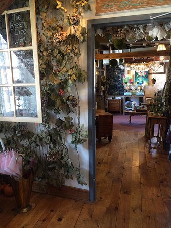 Allentown, نيو جيرسي: check out the neat shops upstairs in the old mill! And cute shops outside!