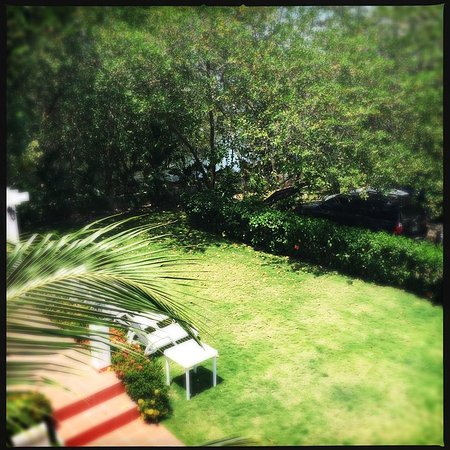 مانجلار لودج: vista desde mi terraza a un costado del rio que desemboca en la playa