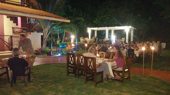 Manglar Lodge: Esta noche hubo un evento con una excelente cantante y platos especiales