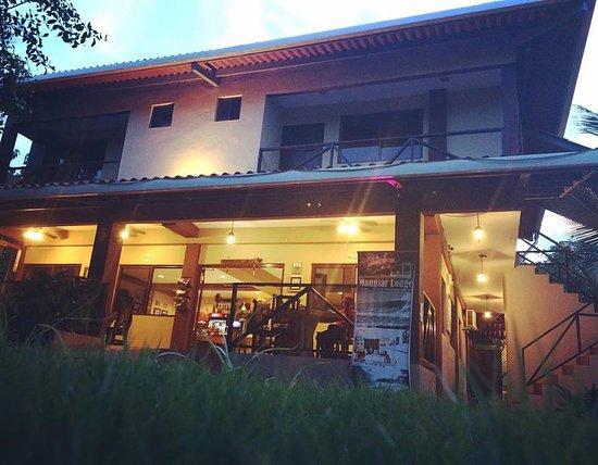 San Carlos, Panamá: fachada del hotel (parte superior) restaurant parte inferior
