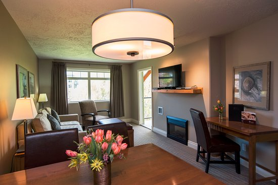 Courtenay, كندا: Eagles View One Bedroom Suite Dining and Living Room