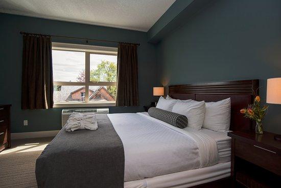 Courtenay, كندا: Rivers Edge One Bedroom Suite King Bedroom
