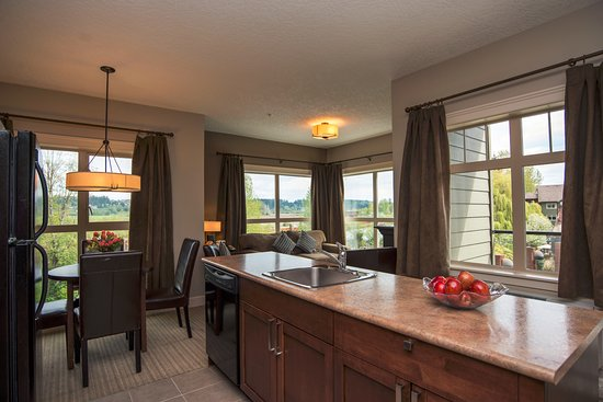 Courtenay, Kanada: Rivers Edge Two Bedroom Suite Kitchen and Dining Room