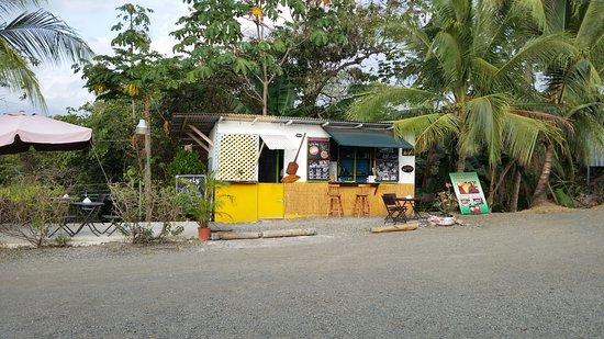 Hostel Vista Serena: Food shack that serves good meals