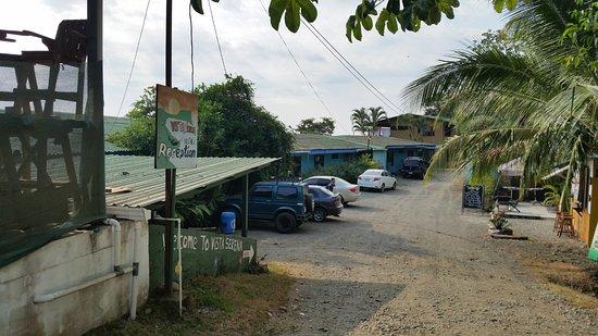 Hostel Vista Serena: Driveway to the hostel (hostel on the left)