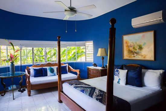 The Blue House Boutique Bed & Breakfast: The Upper Room with it's huge open-air rain forest shower is our guest favourite room