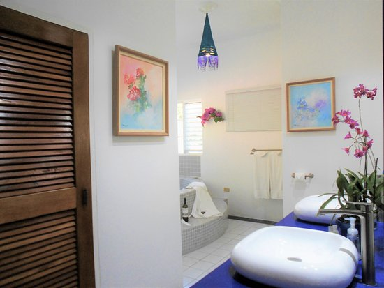 The Blue House Boutique Bed & Breakfast: Upper Room Bathroom