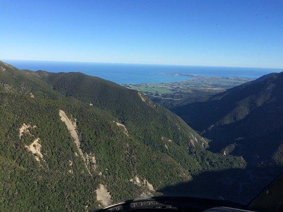 Kaikoura, Yeni Zelanda: In the mountains looking back to a Town.