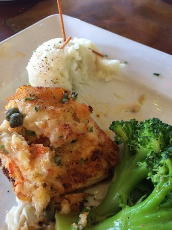 Walt's Fish Market: Halibut special with crab stuffing, delicious broccoli and mashed potatoes