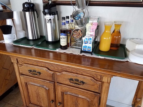 Highland Manor Inn & Conference Center: Coffee and juice bar