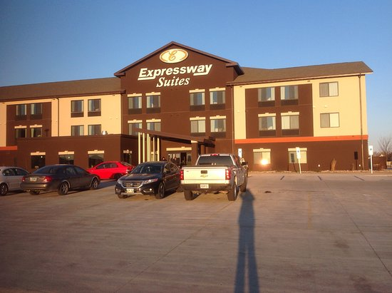 Expressway Suites of Grand Forks: Front of hotel