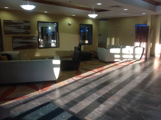 Expressway Suites of Grand Forks: Lobby sitting area