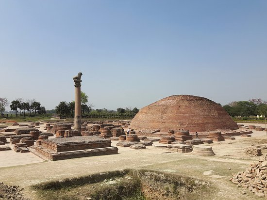 Vaishali, อินเดีย: Ananda Stupa with Ashoka Pillar