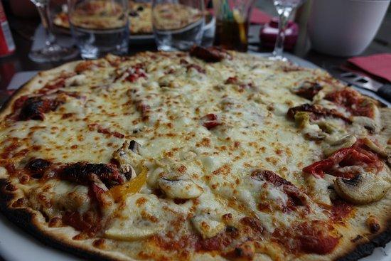 La Regence: pizza aux légumes italiens ... excellente avec les tomates séchées ....