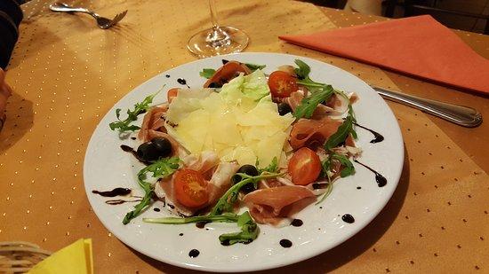 Langenzenn, Duitsland: Parmaschinken mit Brot und Salat