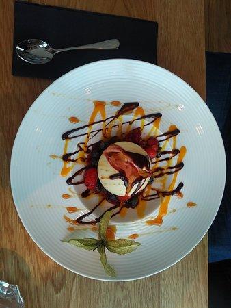 Боргарнес, Исландия: Eis mit Früchten als Nachspeise