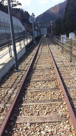 Kami-cho, Япония: 右が歩ける旧線路、左が新線路と駅のホーム