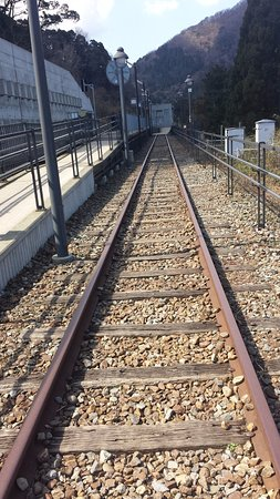 Kami-cho, Ιαπωνία: 右が歩ける旧線路、左が新線路と駅のホーム