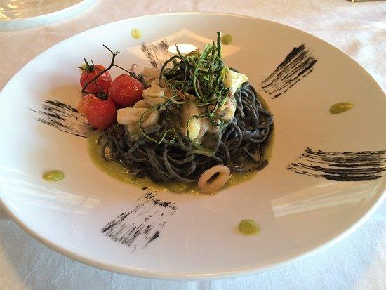 Mar Dolomit: Tagliolini al nero di seppia con calamari su crema di zucchine