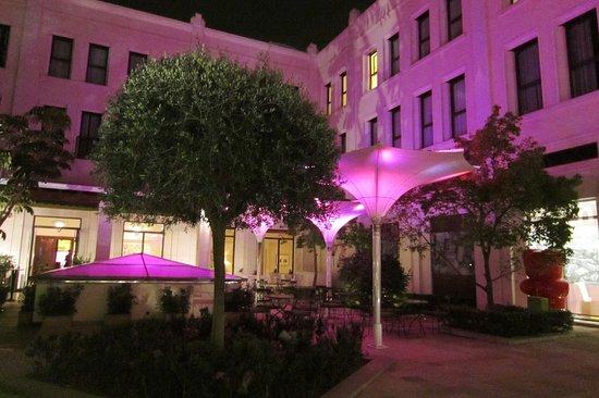 The Westin Valencia: Innenhof bei Nacht