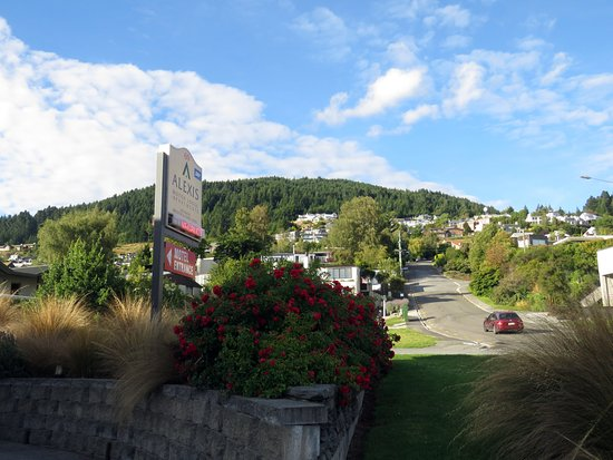 Alexis Queenstown Motor Lodge and Apartments : View from the parking area