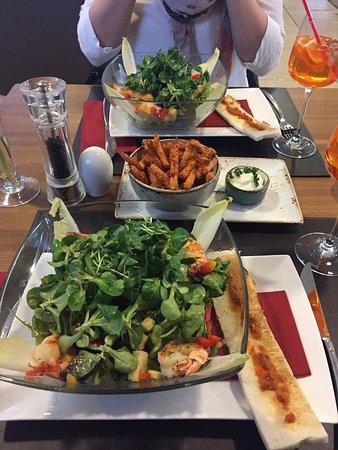 Wals, Austria: Salat mit Garnellen und Süßkartoffelpommes