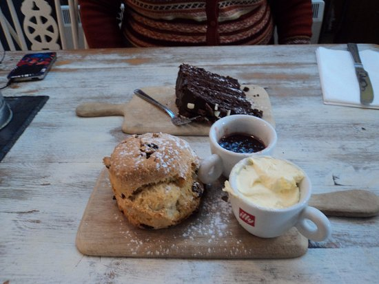 Thornham, UK: Chocolate cake and scone