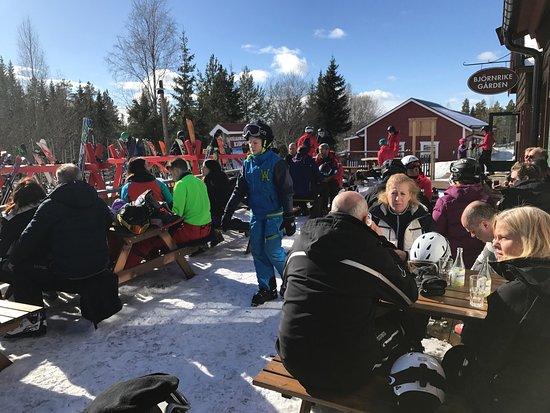 Vemdalen, Suecia: Perfekt läge för lunch eller en vätskepaus i skidbacken. Restaurangen har både à la carte och te