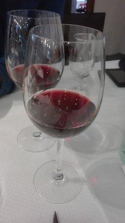 Calaceite, Spain: Vino tinto Lagar d'Amprius servido en copas