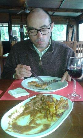 Hornachuelos, Spain: Carne de venado en salsa, con patatas fritas