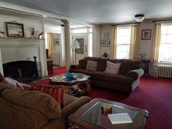 Windflower Inn: living room