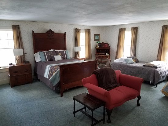Windflower Inn: Room 1, The Greylock is the largest room in the Inn and sleeps five comfortably