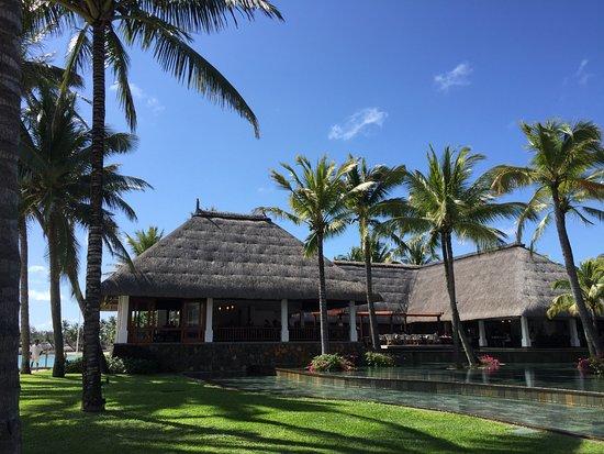 Belle Mare: Hotelanlage - links Restaurant