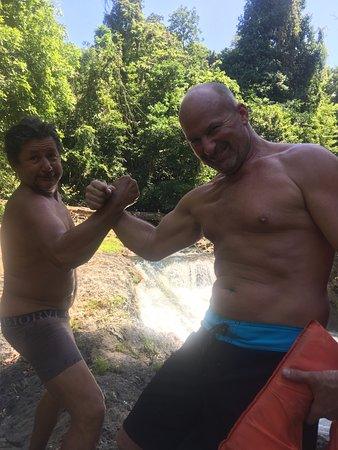 Drake Bay, Kosta Rika: Oldemar and Rick arm wrestling