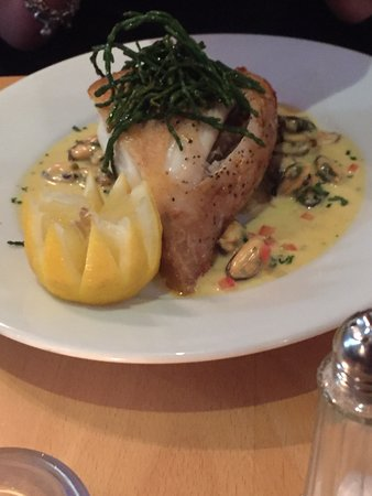 Axmouth, UK: Turbot with mussels in cream sauce and T-bone steak.
