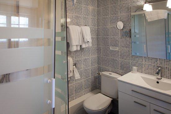 Salle de bain Hôtel de kerlon près de Lorient - Picture of Hotel ...