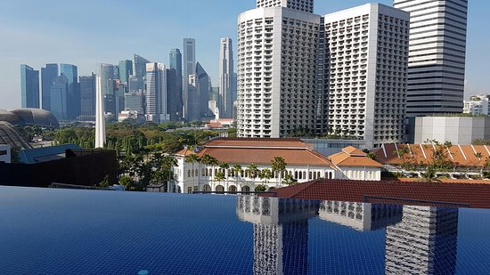 Naumi Hotel: Fabulous view from rooftop infinity pool.  Hotel is only just around the corner from Raffles Hot