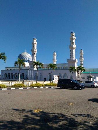 Kota Kinabalu City Mosque : 外觀,可以停車,進去前有個小屋可以租服飾