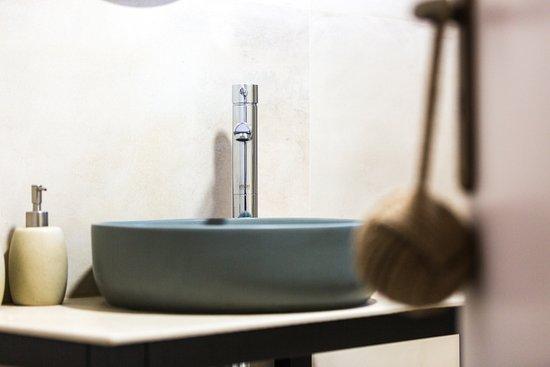 Adele, Grecia: Bathroom