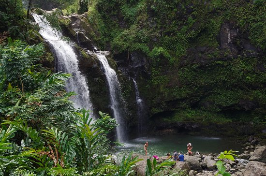Haiku, Hawái: Just one of many beautious waterfalls. Ken went swimming!